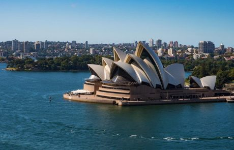 Številke še naprej strmo navzgor: V Sydneyju še za en mesec podaljšali zaprtje javnega življenja