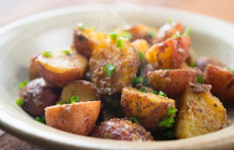 Jed, ki je zrušila splet: Slavna igralka delila družinski recept za slasten pečen krompirček