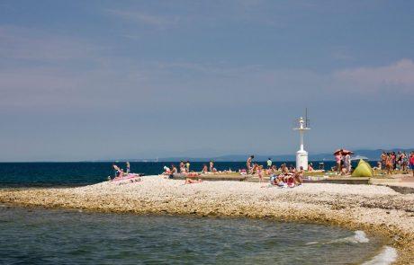Na Hrvaškem priporočili, naj kopalci tudi v morju in bazenih ohranjajo medsebojno razdaljo 1,5 metra