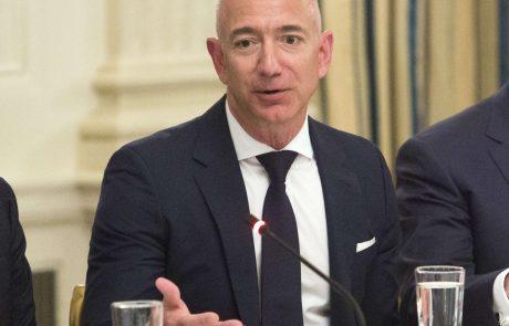 Jeff Bezos skupaj z bratom uspešno poletel v vesolje in se vrnil na Zemljo