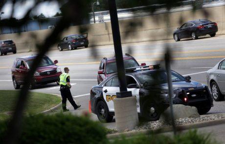 Učenka šestega razreda v šoli iz nahrbtnika potegnila pištolo ter s streli ranila tri osebe
