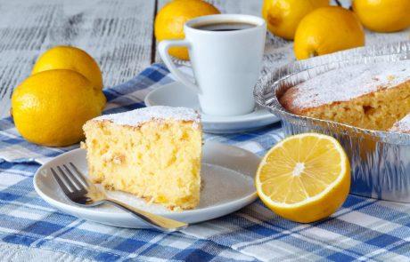 Ostanimo doma! Recept za sočno torto z limono in jogurtom – preprosto, a polnega okusa