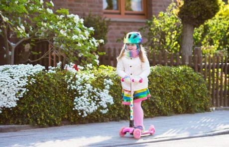 Spodbudna novica: V Sloveniji se povečuje delež otrok, ki v šolo hodijo peš ali s skirojem