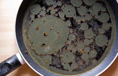 Trdovratne madeže s ponve lahko odstranite na zelo enostaven način. Sredstvo imate že v kuhinji