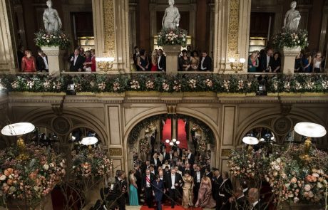 Dunajski operni ples: Ples bo danes odprla Anna Netrebko, plesalke bodo nosile tiare Donatele Versace, posebna gostja letos Elle MacPherson