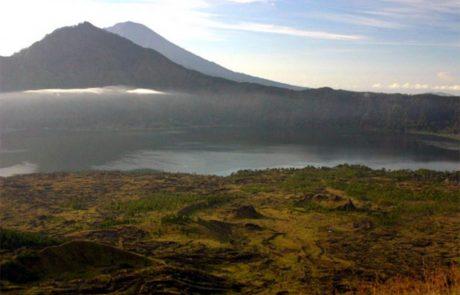 Na Baliju je danes izbruhnil vulkan, ki je bruhal pepel in dim več kot 2000 metrov v višino