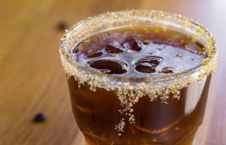To poletje pijemo napitek, ki združuje naši dve najljubši pijači: Kavo in gin tonik!