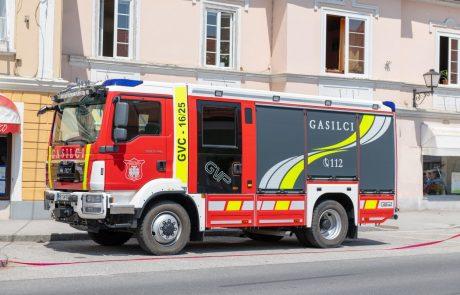 V Domžalah zagorelo v mansardi večstanovanjske stavbe, tri osebe so zaradi možne zastrupitve z dimom odpeljali na pregled