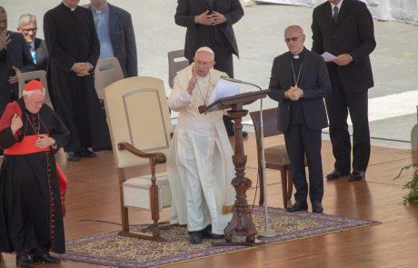 """Papež Frančišek na strani žrtev več kot 300 """"plenilskih"""" duhovnikov"""