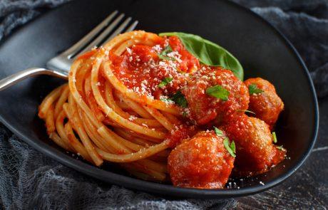 Eno napako pri pripravljanju paradižnikove omake delamo skoraj vsi. Kako jo odpraviti?