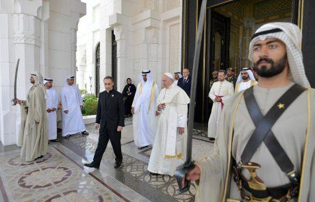 Papeža v Emiratih sprejeli z vojaškimi častmi