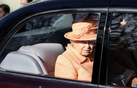Kraljica Elizabeta se je izognila tradiciji, utrpela pa je še eno tragično izgubo