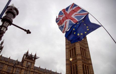 Težko pričakovanemu dogovoru o brexitu zdaj sledi hitro potrjevanje