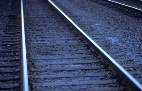 Vlak pri Novem mestu zbil moškega, ta je zaradi hudih poškod umrl na kraju neseče