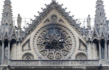 Iz notredamske katedrale rešili večino dragocenosti, negotova je usoda znamenitih vitražev