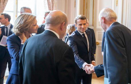 Macron v Elizejski palači okoli 300 ljudi, ki so pomagali reševati goreči Notre-Dame