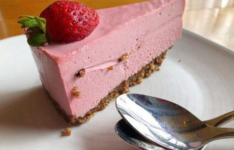 Recept: Jagodni cheesecake brez pečenja in brez želatine!