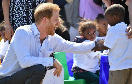 Princ Harry, Meghan in mali Archie na turneji po Afriki: Harry se ni mogel upreti plesu z malo afriško deklico (video)