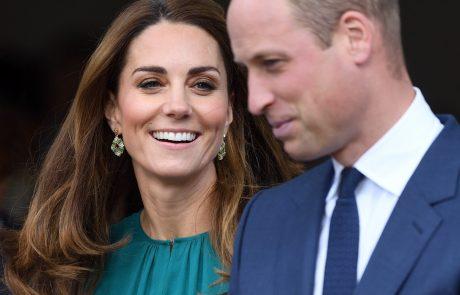 Princ William in Kate prvič na obisku v Pakistanu: Udeležila sta se pouka matematike