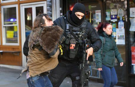 Policija napad z nožem na Londonskem mostu, v katerem je bilo zabodenih več ljudi, obravnava kot terorizem