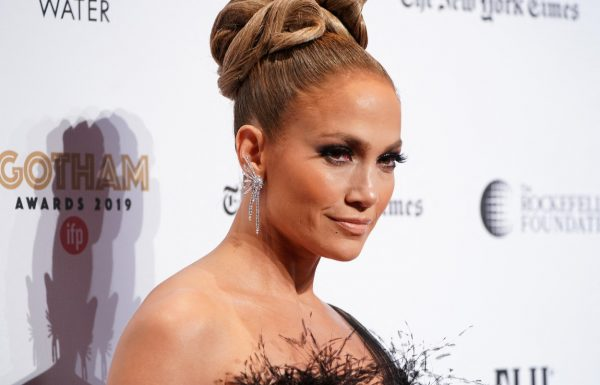 J.Lo pozirala v obleki z visokim izrezom, oboževalci pa so opazili le detajl na njeni zadnjici