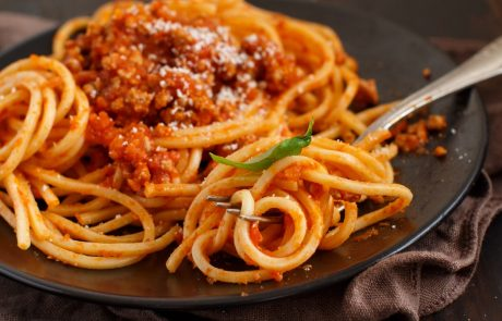 Bolognese omako že celo življenje kuhamo narobe? Slaven kuhar razkril, kako je prav