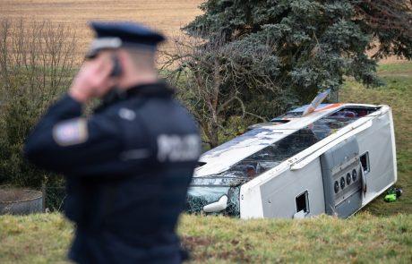 Avtobus zdrsnil s ceste kar 300 metrov globoko, več kot 20 mrtvih