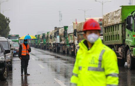 Številne države po svetu ukinjajo povezave s Kitajsko ali pa odsvetujejo potovanje tja