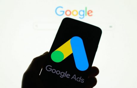 Google začasno blokiral politične oglase