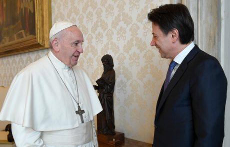 Papež sprejel italijanskega premierja brez zaščitne maske