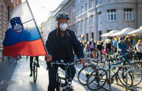 """Petkovi protestniki Pahorja označili za """"slamnatega predsednika"""": """"Ali vas je res tako strah Janeza Janše?"""""""