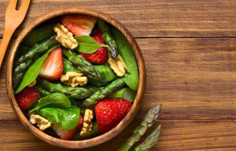 RECEPT: Spomladanska solata s šparglji in jagodami