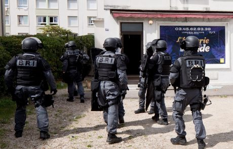 V streljanju v francoskem Lyonu ranjen pravoslavni duhovnik, stelec pobegnil