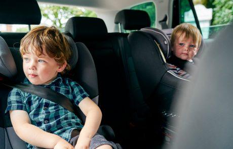 AMZS opravil test različnih otroških varnostnih sedežev: Kar pet jih je dobilo slabo oceno in odsvetujejo njihovo uporabo