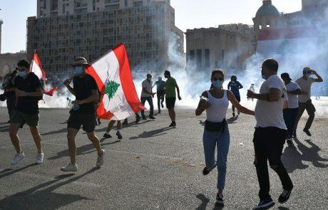 Na protestih v Beirutu ranjenih več sto ljudi, en policist je izgubil življenje