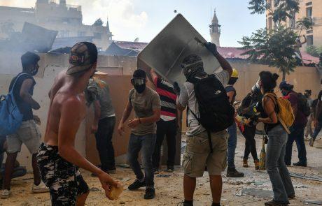 """Ulice Bejruta preplavili tisoči protestnikov, odstranjevali so barikade pred parlamentom in vzklikali """"revolucija"""""""