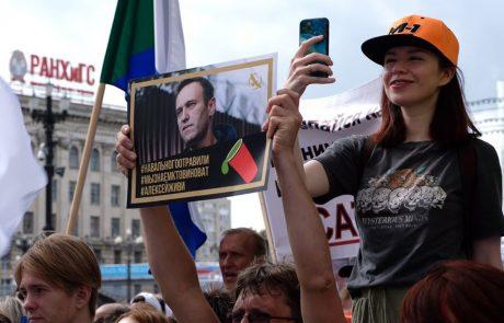 """Navalni v hudih bolečinah: """"Vsi se bojimo za njegovo življenje in zdravje"""""""