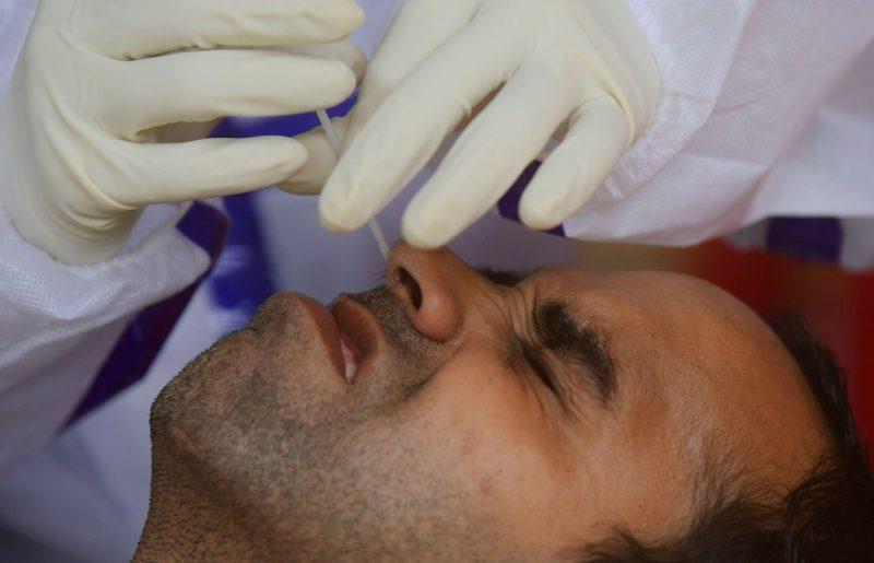 Včeraj potrdili 126 okužb z novim koronavirusom, umrli trije covidni bolniki