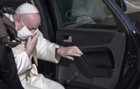 """Papež v javnosti prvič z masko: """"Zdravje ni samo posameznikova dobrina, ampak tudi dobrina vseh"""""""