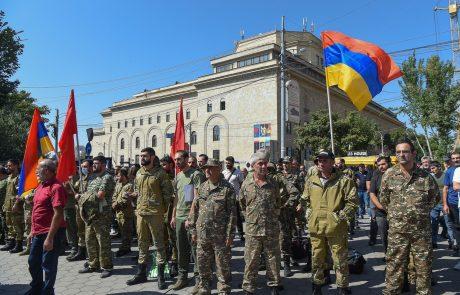 V Gorskem Karabahu izbruhnili spopadi, Armenija sestrelila azerbajdžanska helikopterja in razglasila vojno stanje