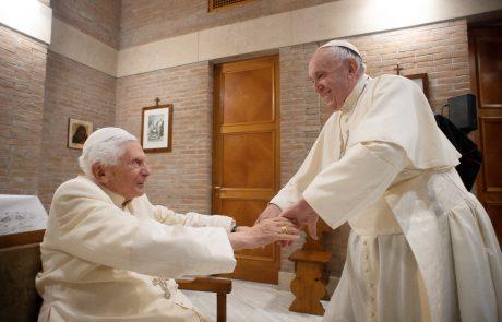 Proti covidu-19 sta se cepila tudi prejšnji in sedanji papež