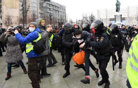 Kremelj sporoča, da se ne bo oziral na kritike iz tujine zaradi zaporne kazni Navalnega