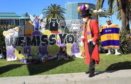 Eno leto po tragični nesreči se navijači spominjajo Kobeja Bryanta