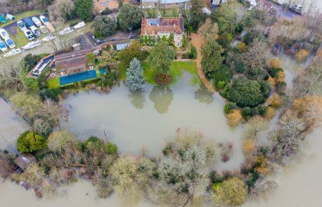 George Clooney se bori s hudimi poplavami okog njegove luksuzne hiše v Veliki Britaniji