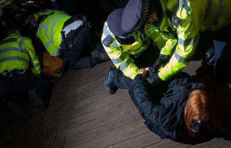 """Londonska policija na bedenju za umorjenko aretirala štiri osebe: """"Sram naj vas bo!"""""""