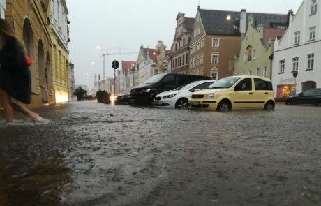 Vreme pokazalo zobe: na Češkem številni ostali brez elektrike, v Nemčiji so se ceste spremenile v reke (Video)