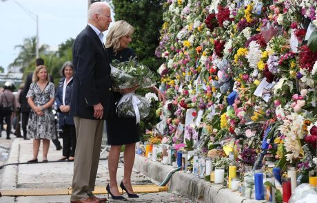 Biden skupaj s soprogo v Miamiju tolažil svojce umrlih in pogrešanih po zrušitvi stanovanjskega bloka