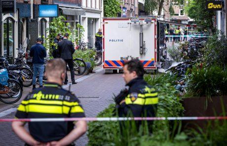 Po napadu na nizozemskega novinarja, ki se še vedno bori za življenje, aretirali tri ljudi