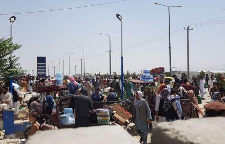 Na območju letališča v Kabulu tisoči še naprej upajo na evakuacijo