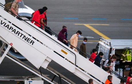 Približno 200 tujih državljanov so danes z letalom evakuirali iz Kabula